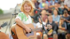 Aino Venna esiintymässä Flow festivalilla 2013.