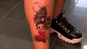 tatuering föreställande animationsfiguren Betty Boop.