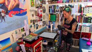 Tatueraren Corline i sin studio i belgiska Mons.