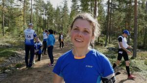 Heidi Kuuttinen blir intervjuad i skogen.