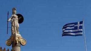 Staty föreställande gudinnan Athena och Greklands flagga.
