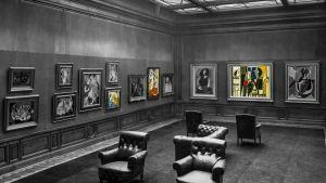 Näkymä mustavalkeaan, osittain värilliseen taidegalleriaan.