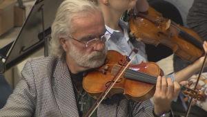Man som spelar violin