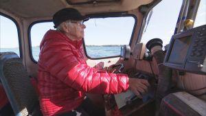 äldre dam kör båt