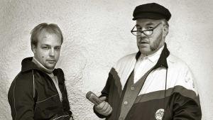 Cafe Veijon baarin toimittajat Santtu Luoto ja maisteri Jukka Lindfors (1995).
