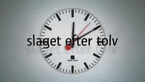 Klocka med texten sSlaget efter 12 framför sig.