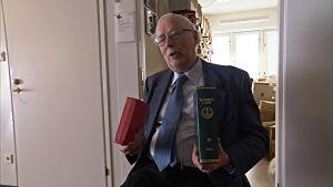 Bibeln kontra lagboken. Emeritusprofessorn i straffrätt Raimo Lahti utanför sitt arbetsrum vid Helsingfors universitet.