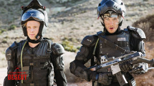 Brian och Lukas poserar beväpnade och iklädda svarta myrutrotningsdräkter.