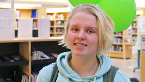 Nuori nainen Jyväskylän kirjastossa.
