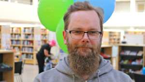 Mies Jyväskylän kirjastossa.