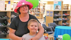 Nainen ja lapsi Jyväskylän kirjastossa.