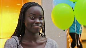 Nuori nainen Vaasan pääkirjastossa.