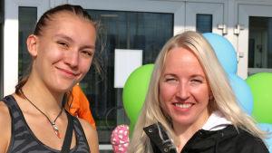 Kaksi nuorta naista Oulun kirjaston edessä.
