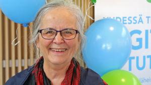Nainen Rovaniemen kirjastossa.