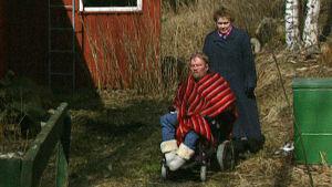 Kalle ja Maija Könkkölä kuvattuna mökillään 1999.