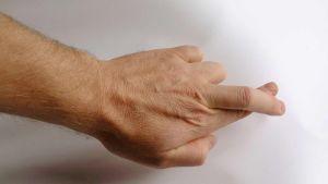 Kaksi sormea ristissä.