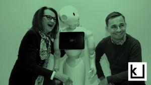 Kaarin Taipale ja Tommi Laitio tervehtivät Pepper-robottia