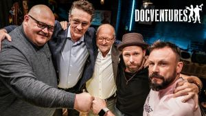 Docventures Talk Show'n isännät Riku ja Tunna sekä vieraat Miika Pettersson, Ville Virtanen ja Tommy Hellsten ryhmäkuvassa.