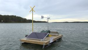 Flotte med solpaneler och vindmölla, en så kallad sälskrämma i Nådendals skärgård.