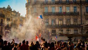 Ihmiset osoittavat mieltä Pariisissa.