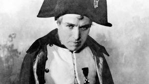 Cahrlie Chaplin esittää Napoleonia.