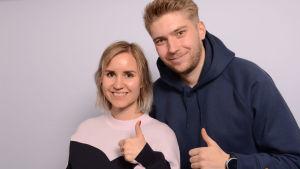 Sisko Savonlahti ja Vili Santala näyttävät peukkua onnistumisen merkiksi.