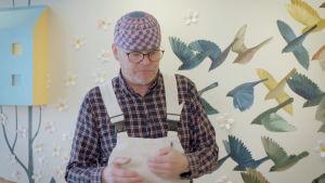 Tom Tiainen framför väggmålning
