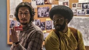 Adam Driver och Denzel Washingtons son John David Washington i huvudrollerna i filmen BlacKkKlansman.