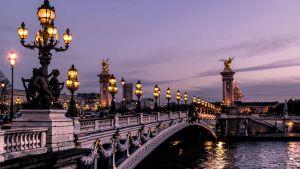 Silta Pariisissa kuvattuna illalla.