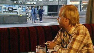 Mies katselee Helsinginkatua kapakassa.