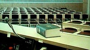Tuomioistuimen istuntosali ja lakikirja