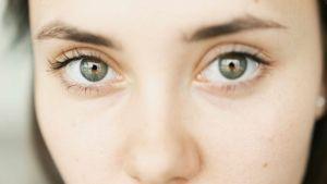 Naisen silmät kuvattuna läheltä.