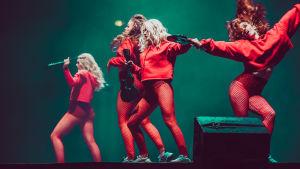 Punaiseen pukeutuneet tanssijat Sannin Hartwall Arena -keikalla.