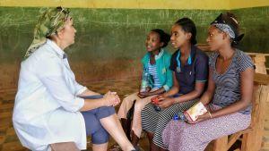 Arja Koriseva haastattelee tyttöjä Etiopiassa