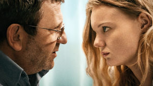 Mies ja nainen katsovat toisiaan. Rajaus todella läheltä.