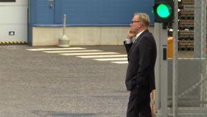 Denis Strandell talar i telefonen.