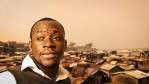 Ahmed Junior tittar ut genom bilden, freetown i bakgrunden