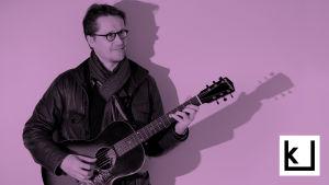 Teemu Viinikainen soittamassa kitaraa.