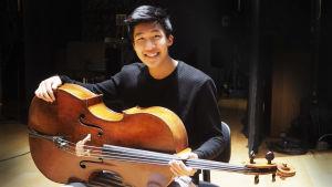 Yhdysvaltalainen Bryan Cheng Bonjour Stradivarius -sello sylissään.