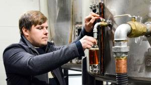 Vd Mikko Lammi vid Pohjanmaan Hyötyjätekuljetus tappar diesel på flaska. Ett kilo plastavfall ger cirka en liter bränsle.