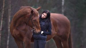 Mari Valosaari ja hevonen.