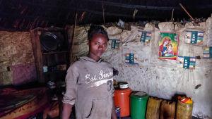 Etiopialaisen tyttö kotioloissa