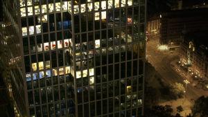 Valokuva öisestä Frankfurtista