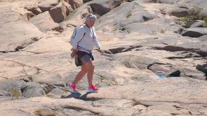 Åländsk kvinna går på klippor