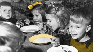 Mustavalkokuva, jossa ruokailevia koululaisia.
