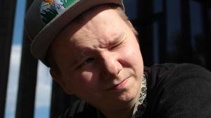 Niki Rasmus katsoo kohti valoa.