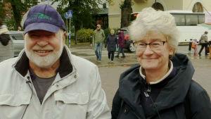 Susanne och Pelu Olin ler. De står på Borgå torg.