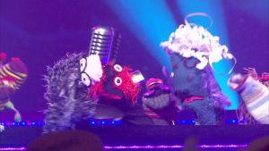 Blackie Laglös och Martin firar segern på scenen i Strumphittarna 2018.