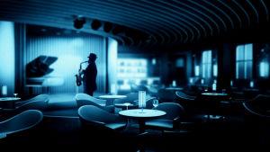 Yle Radio 1:n Jazzklubin kuvituskuva, mies soittaa saksofonia klubiravintolassa
