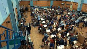Elokuvamusiikin taltiointia Abbey Road -studiolla. Kuva dokumenttielokuvasta Score.